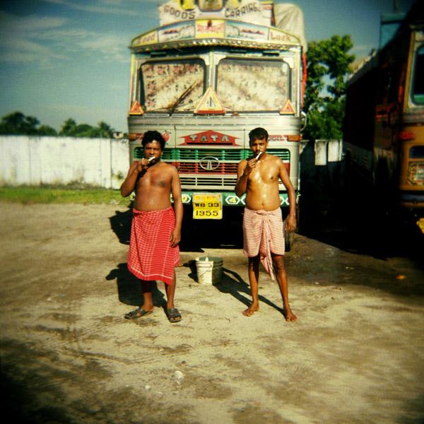 03-INDIA.Caminosti, periferia di Calcutta