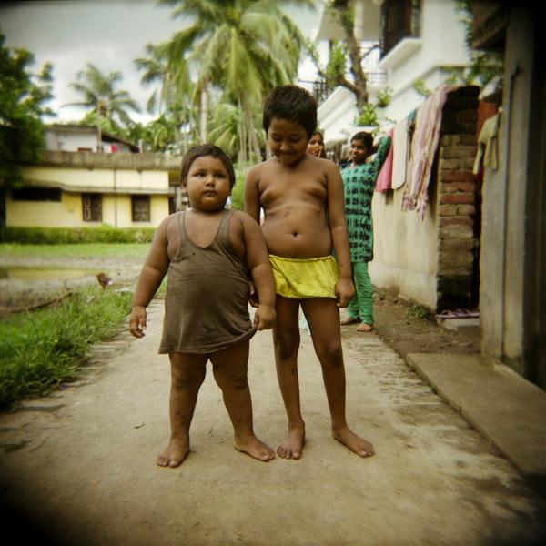 04-INDIA.Bisharpara village, twins